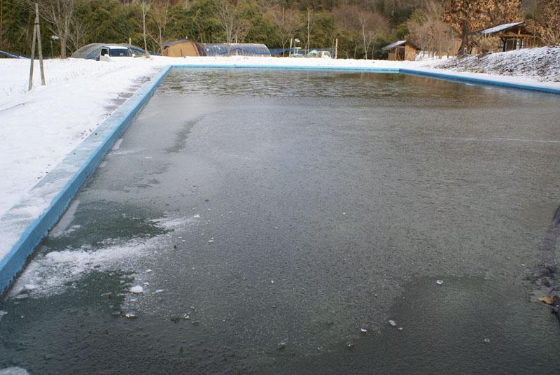 山鳥の森オートキャンプ場 プール 氷