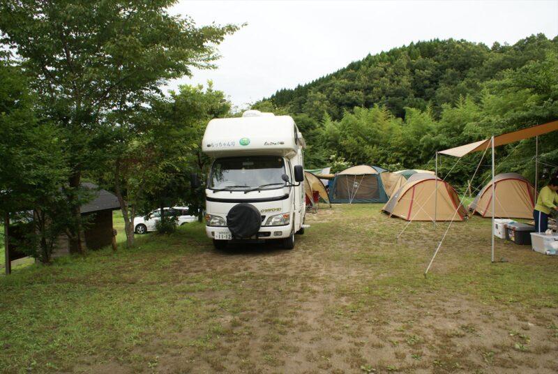山鳥の森オートキャンプ場 フリーCサイト キャンピングカー