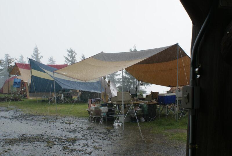 四季見原すこやかの森キャンプ場 レクタL 雨
