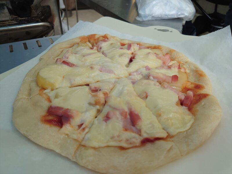 ジャガイモとベーコンのピザ